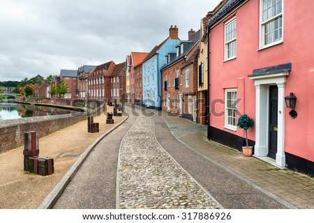 Cobbled streets and pretty houses overlooking the River Yare at Quay Side in Norwich - stock photo