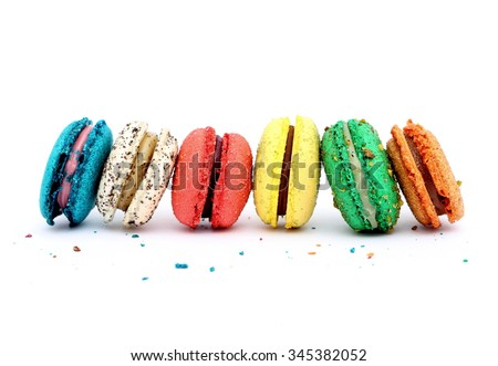 macarons đầy màu sắc trên nền trắng.  Giống như bánh bông lan là ngọt bánh kẹo meringue dựa trên.