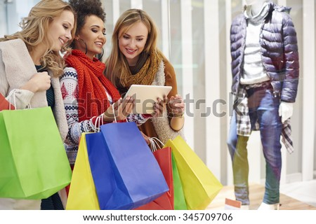 Comparison between shop online and shop display - stock photo