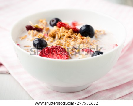 Crispy cereals with dread fruits and fresh blueberries.