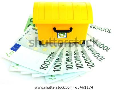 cubo amarillo de recilar sobre billetes de euro - stock photo