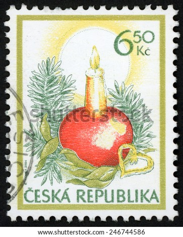 CZECH REPUBLIC - CIRCA 2004: stamp printed in Ceska (Czechoslovakia) shows Christmas apple candle stick arrangement (green twigs, golden mistletoe, straw heart); Scott 3258 6.50k red green, circa 2004 - stock photo