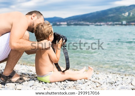 Dad with his son photographed the sea