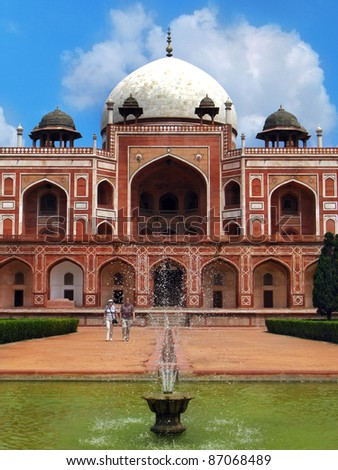 Delhi: Humayun's tomb, masterpiece of early Mughal architecture, and tomb of second Mughal Emperor Humayun. Started in 1562 by his wife, it's the predecessor / inspiration for Taj Mahal. India - stock photo