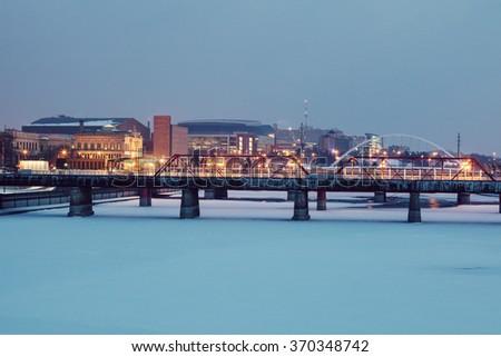 Des Moines skyline accros frozen Des Moines River. Des Moines, Iowa, USA. - stock photo