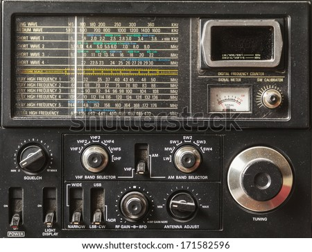 Details of an old am radio receiver.