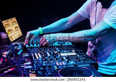 how to become a nightclub dj