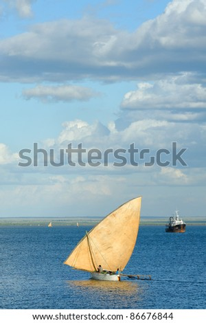 Dugout canoe, back the the harbour, mahajanga