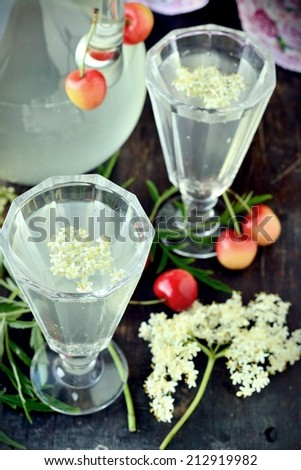 Elderflower drink with elderberry flowers and cherries