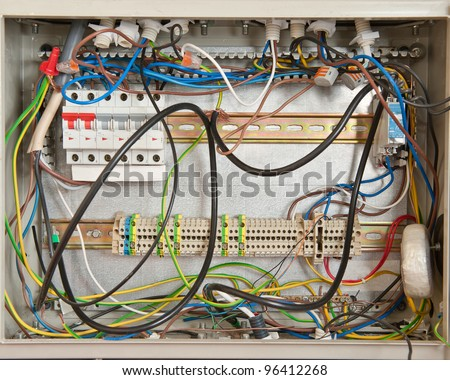 Electrical connections in a fuse box