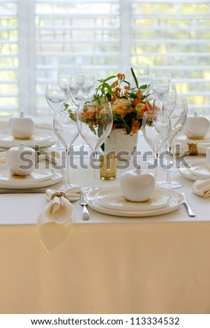 Elegant place setting with white decorative apple