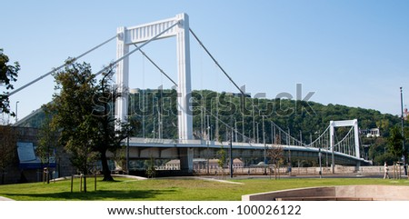 Elisabeth Bridge (Hungarian: Erzs�©bet h�d) is the third newest bridge of Budapest, Hungary, connecting Buda and Pest across the River Danube. - stock photo