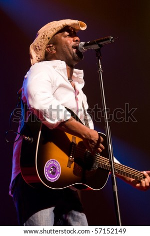ENGLEWOOD, NJ - AUG 4:  Darius Rucker performs on stage with Hootie and the Blowfish at Bergen Performing Art Center on August 4, 2008 in Englewood, NJ.