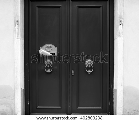 Entrance with door knobs in form of lion's heads and post