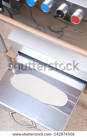 Equipment for making orthopedic insoles.