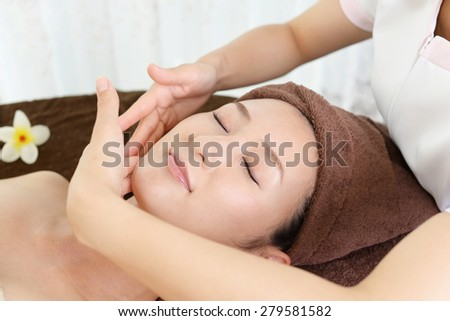 Esthetician to the treatment