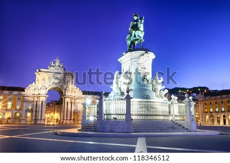 Famous arch at the Praca do Comercio showing Viriatus, Vasco da Gama, Pombal and Nuno Alvares Pereira - stock photo