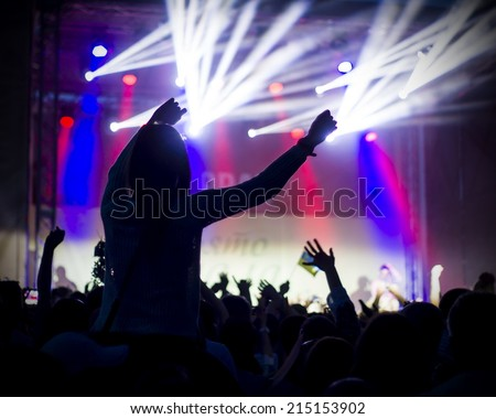 fans applauding to famous music band,