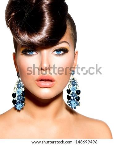 Người mẫu Thời trang girl chân dung với Blue Eyes và hoa tai.  Kiểu tóc sáng tạo.  Kiểu tóc.  Tạo nên.  Beauty Woman bị cô lập trên một nền trắng