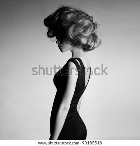 ảnh thời trang của cô gái trẻ thanh lịch đầm đen