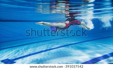 female swimmer swimming poolunderwater picture