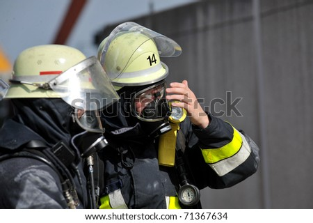 Feuerwehrmann mit Atemschutz - stock photo