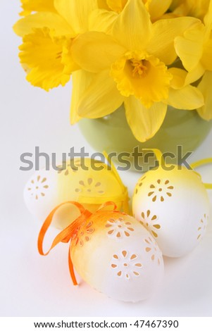 Flowery Easter eggs and daffodils