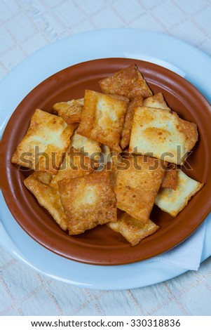focaccia with cheese in plate.