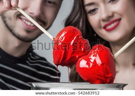 Fondue của tình yêu, đôi lứa yêu nhau dips trái tim chocolate trong men đỏ