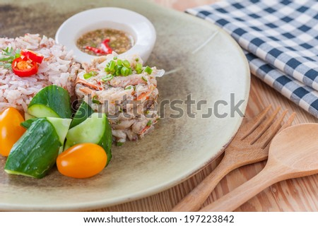 Fried crab with Thai rice, vegetables and spicy and sour sauce