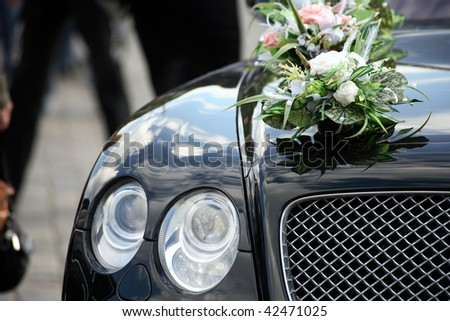 Front of the luxury car decorated flowers