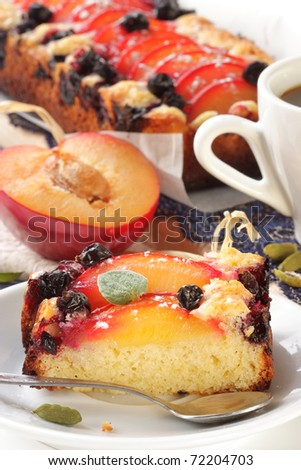 Fruitcake with plums, a blueberry and cardamom.