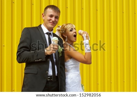 funny bride and groom eat ice funny bride and groom