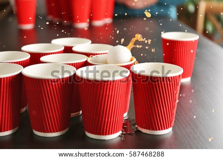 Game beer pong on wooden table stockfoto lizenzfrei