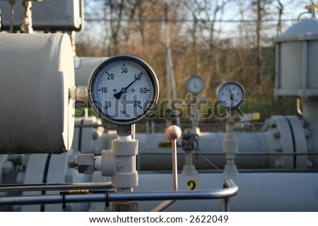 Gauges, tanks and tubes belonging to a control and conditioning station for natural gas
