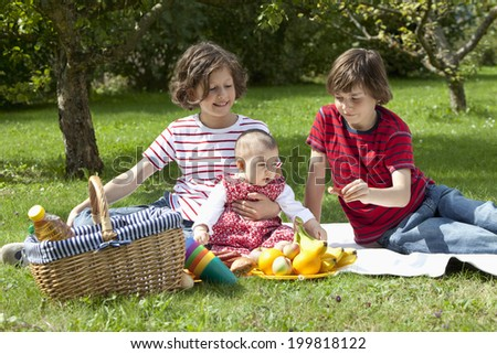 Germany, Bavaria, Children having picnic