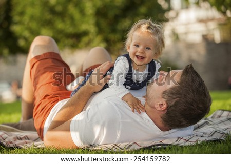 Germany, Leutesdorf, father and daughter having a picnic - stock photo