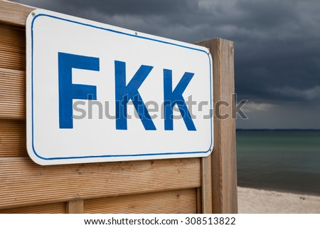 """Germany, Schleswig-Holstein, Baltic Sea, Sign FKK at beach (""""FKK"""" is the German abbreviation for a nude beach) - stock photo"""