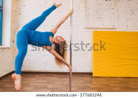 Girl on the pole makes the check box in the splits