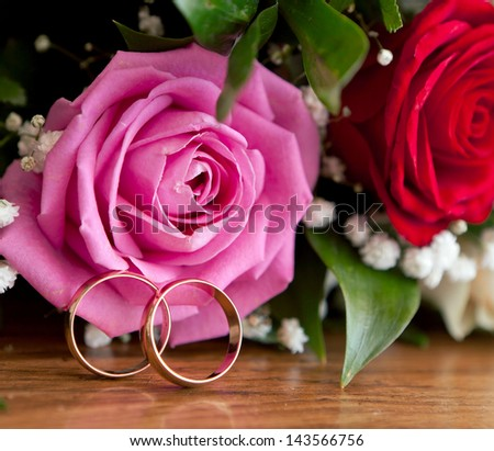 Gold wedding rings on a bunch of flowers for the bride