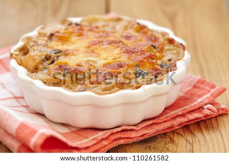 Gratin with mushroom, chicken, cream and cheese