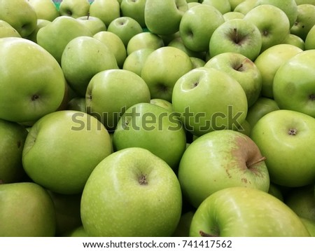 green apples in grocery store
