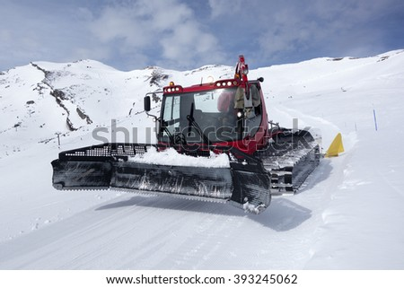 GROOMING MACHINE IN THE SNOW