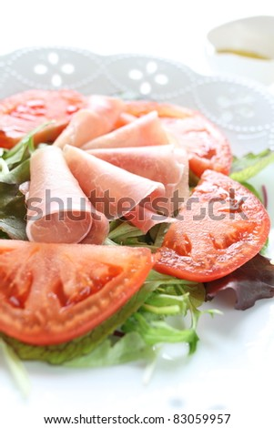 Ham and tomato salad with dressing