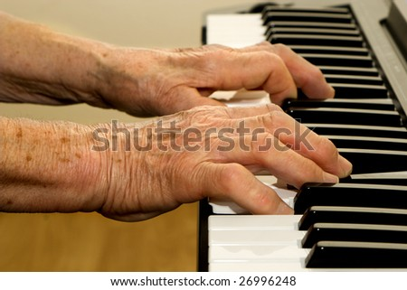 hands of old piano player