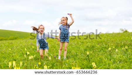 Близнецы прыгают вместе видео