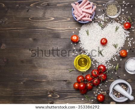 thực phẩm lành mạnh, nấu ăn và khái niệm risotto với giăm bông, dầu, cà chua, gạo tim lát gạch, Ngày Valentine biên giới, nơi cho văn bản trên gỗ nhìn từ trên nền mộc đóng lên