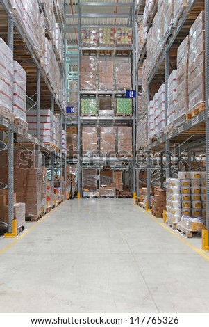 High shelving system in distribution warehouse