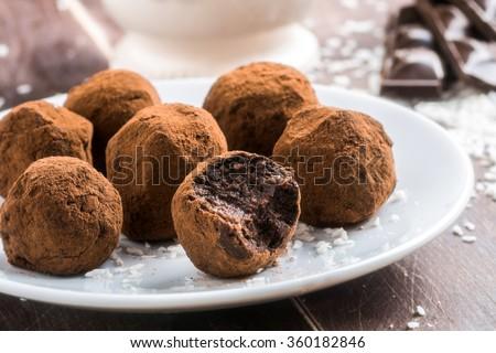 Homemade kẹo sô cô la thuần chay lành mạnh với các ngày, mảnh dừa và yến mạch cán phục vụ trên đĩa trắng