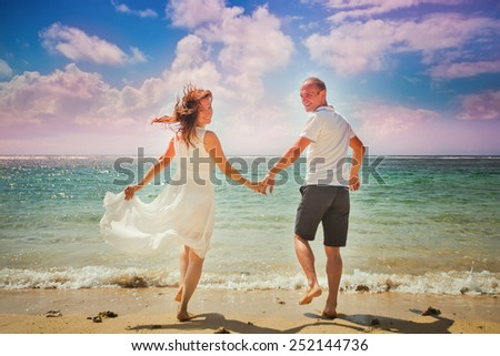 honeymoon couple walking at beach